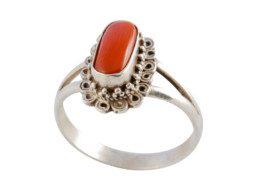 Nepalese zilveren ring gezet met rood koraal