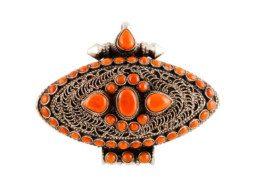 Tibetaans zilveren markiesvormig gebedsdoosje met koraal