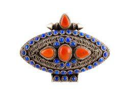 Tibetaans zilveren markiesvormig gebedsdoosje met koraal en lapis lazuli