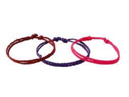 Drie armbanden van enkel geknoopt draad uit Guatemala