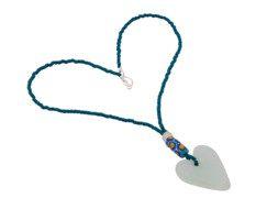 Ghanese hartvormige hanger aan glaskralen ketting