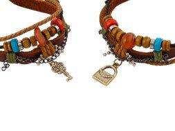 Twee leren armbanden met bedeltjes van een tasje en slotje