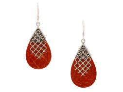 Balinese druppelvormige koraal oorbellen met zilveren decoraties