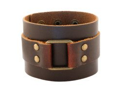 Brede leren armband met messing decoratie en klinknagels