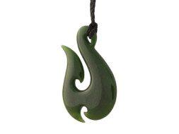 Maori hanger van groene jade in de vorm van het Hei Matau symbool